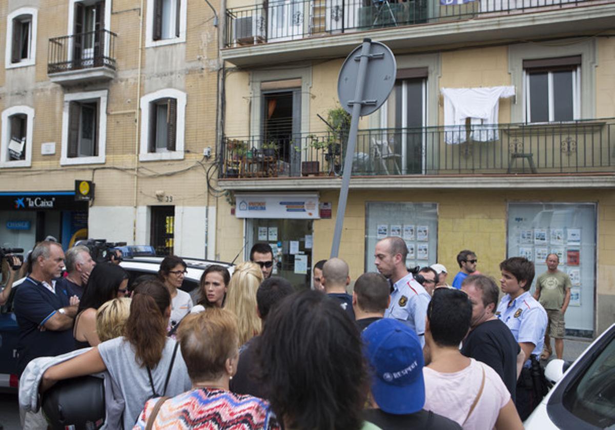 Vecinos de la Barceloneta protestan ante los Mossos y frente a una agencia inmobiliaria de la plaza de la Font, este miércoles.