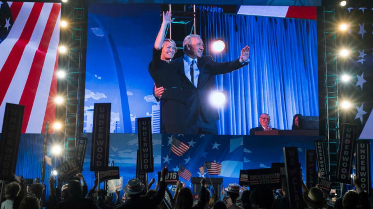 Claire y Frank Underwood (Robin Wright y Kevin Spacey) durante la convención demócrata, en una imagen de la cuarta temporada de la serie 'House of Cards'.
