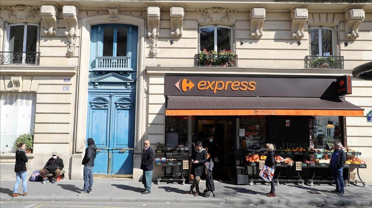 Cola para entrar en un supermercado de París.