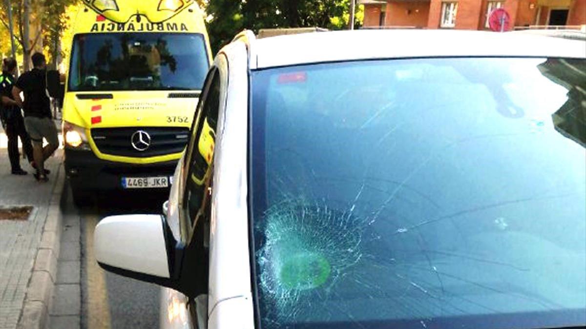 El coche que chocó contra el patinetey una ambulancia del SEM, en el lugar del accidente, en Reus.