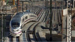 Los usuarios de avión caen un 56% en septiembre y los del AVE, un 73%. En la foto, un tren AVE a su paso por La Sagrera.