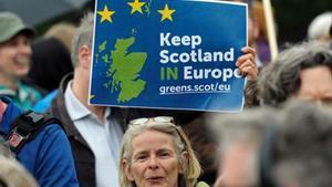 Una mujer sostiene una pancarta a favor de la permanencia de Escocia en la UE, ayer en Edimburgo.
