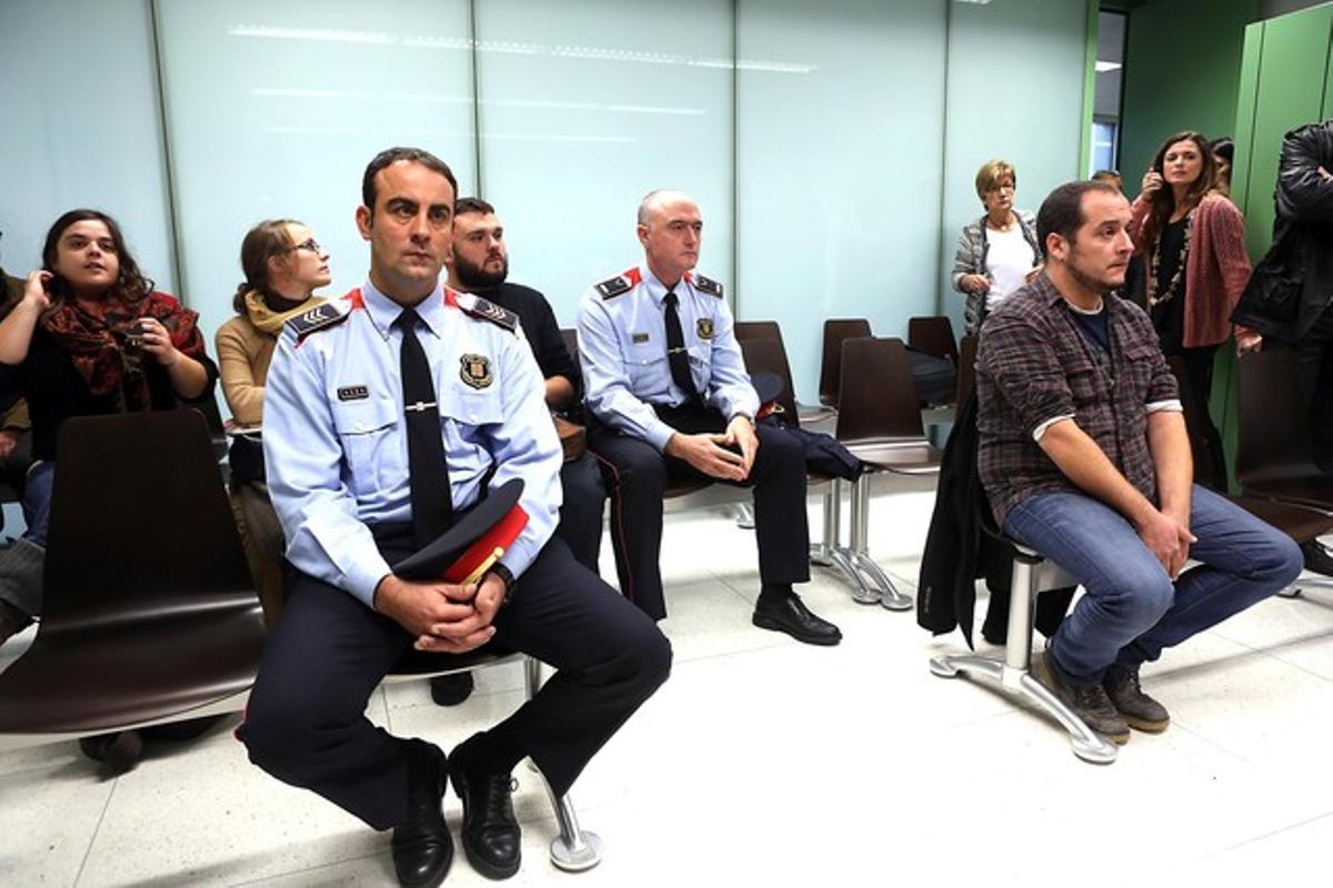 El subinspector de los MossosJordi Arasa y el diputado de la CUPDavid Fernàndez durante el juicio, ennoviembre del 2013.