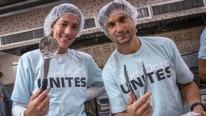 Acció solidària de Muguruza i David Ferrer en un menjador social de Miami