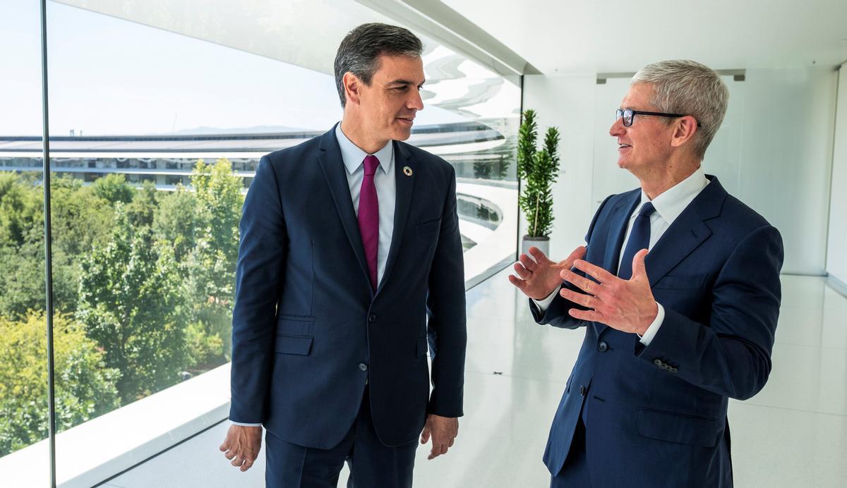 El presidente del Gobierno, Pedro Sánchez, con el CEO de Apple, Tim Cook, en la sede de la compañía, en Cupertino,