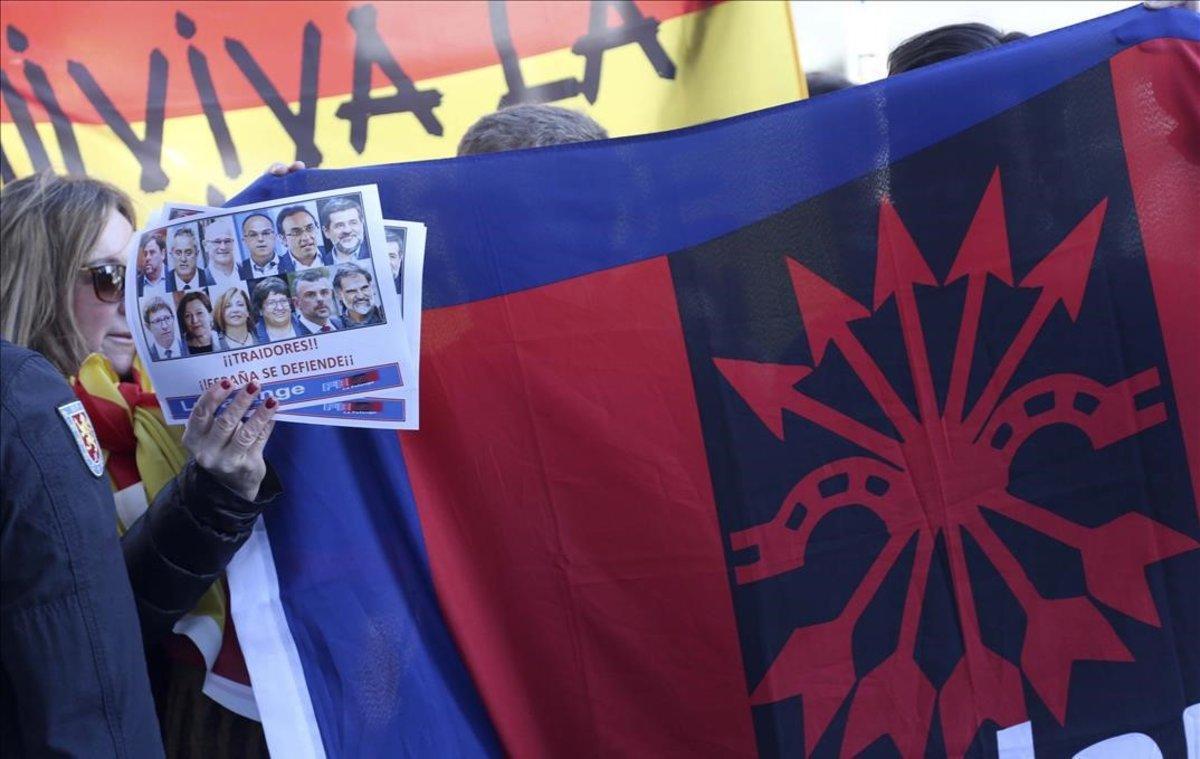 Un grupo de Falange protesta cerca del Tribunal Supremo.
