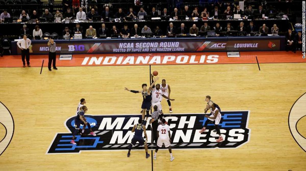 Salto inicial entre dos equipos universitarios durante el 'March Madness'.