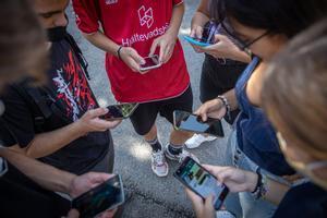 Un grupo de jóvenes mira sus móviles. Imagen de archivo.