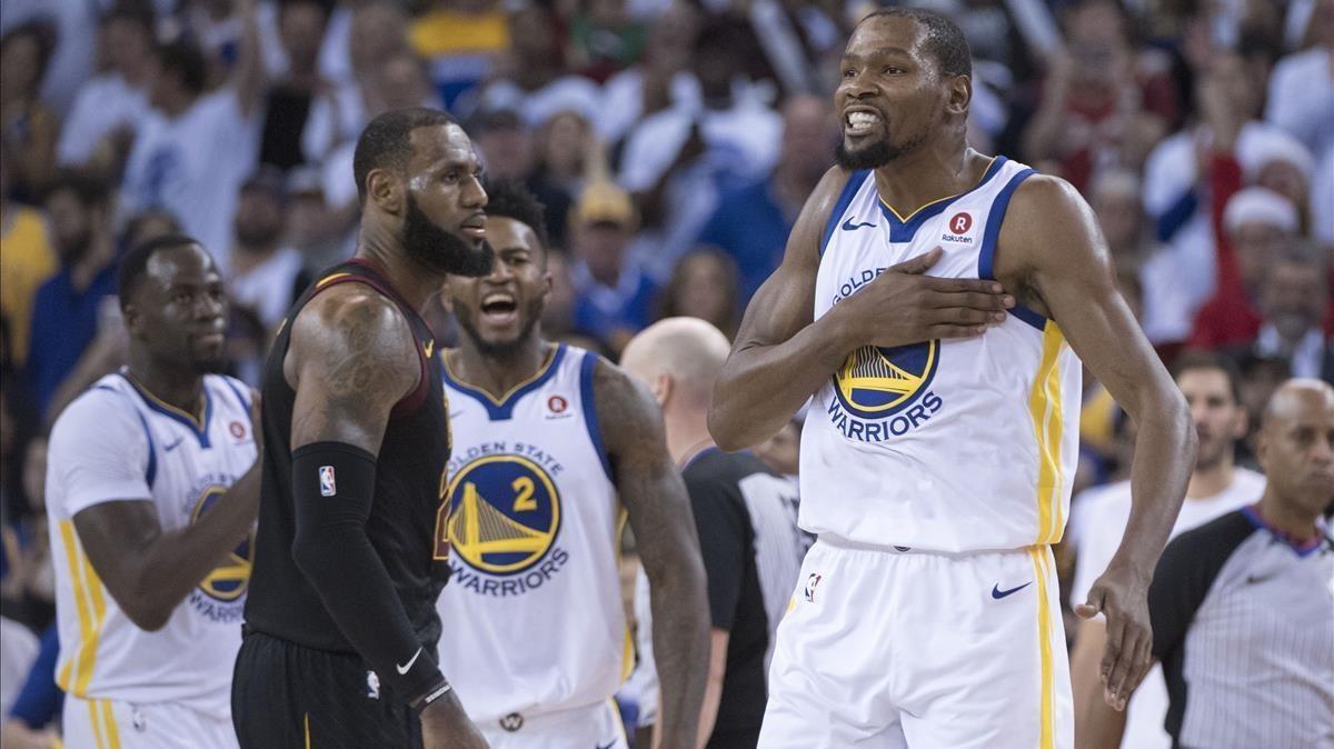 Kevin Durant celebra la victoria ante LeBron James.