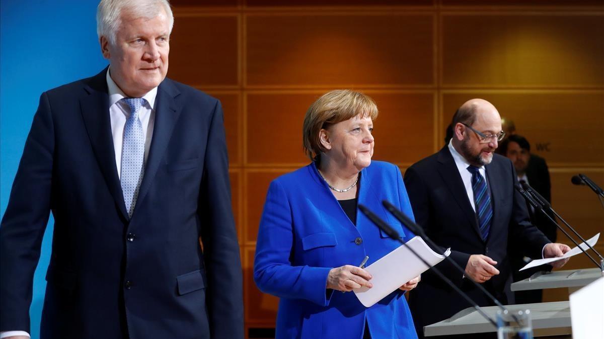 La canciller alemana Angela Merkel, líder de la Unión Social Cristiana de Baviera (CSU) Horst Seehofer y el líder del Partido Social Demócrata (SPD) Martin Schulz asisten a una conferencia de prensa después de conversaciones sobre la formación de un nuevo gobierno de coalición en la sede del SPD en Berlín.