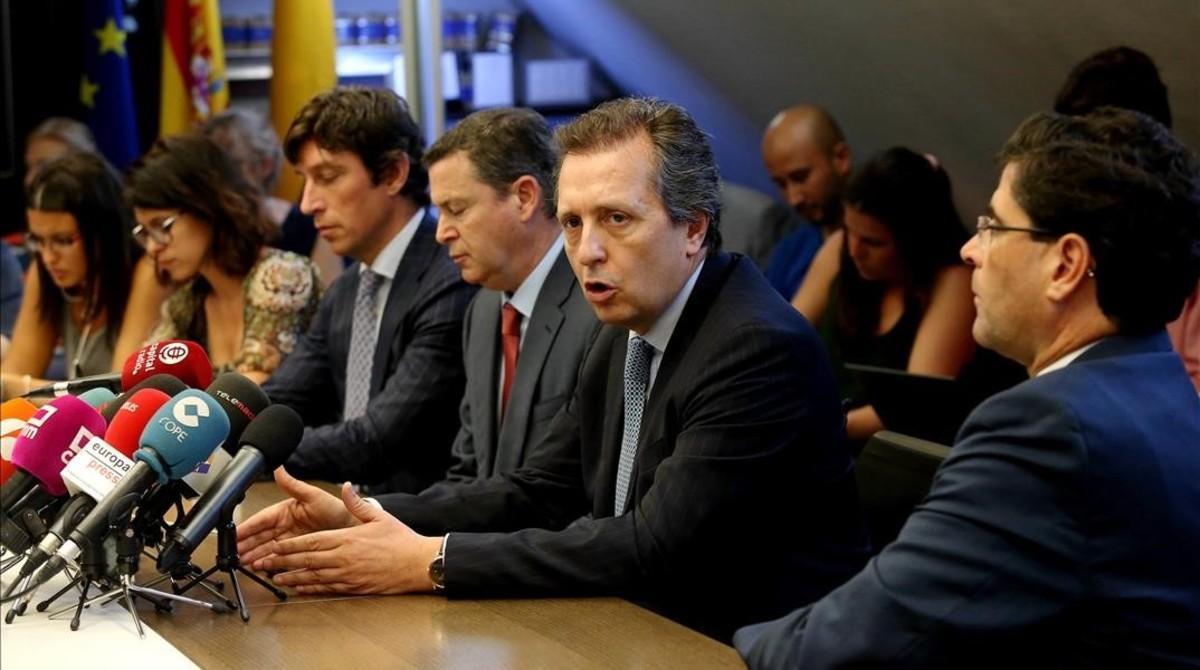 El abogado Javier Cremades, secretario general de AEMEC,explicalas acciones legales de los pequeños inversores del Banco Popular.