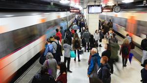 Los andenes de la estación Plaça de Catalunya de Rodalies, en Barcelona.