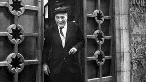 Josep Pla, saliendo del restaurante Ca la Nieves, en L'Escala.