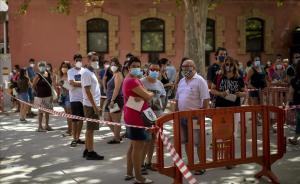 Gente con mascarilla espera para realizarse una prueba PCR en Vilafranca del Penedès.