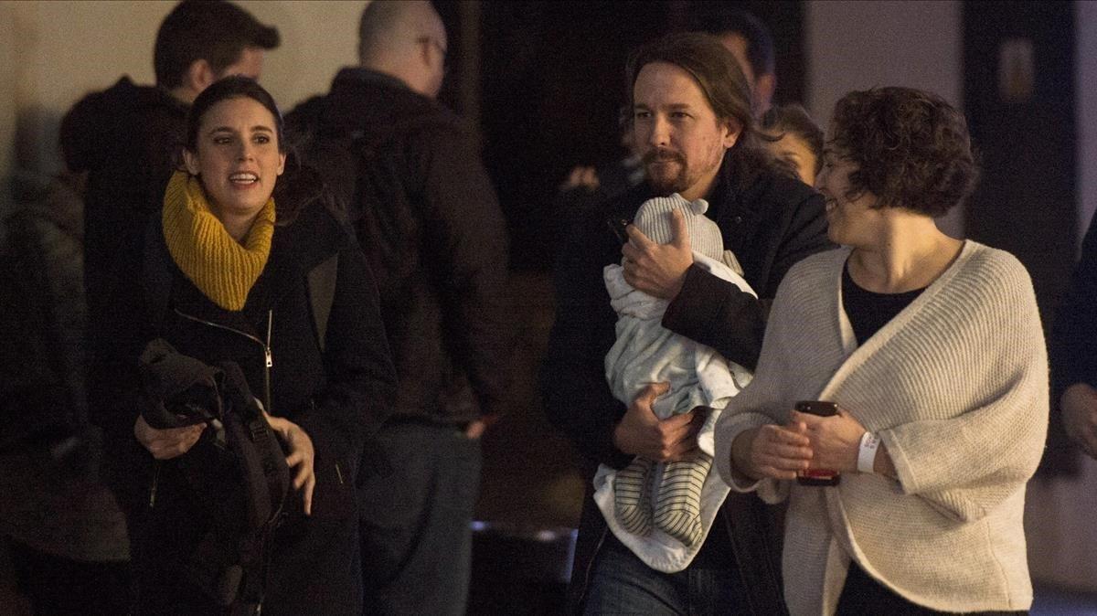 El secretario general de Unidas Podemos, Pablo Iglesias, y la diputada por la formación morada, Irene Montero, a su llegada esta noche al Espacio Harley en Madrid, desde donde seguirán los resultados de las elecciones celebradas hoy Domingo.