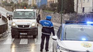 Un agente de la Policia Local realiza controles de movilidad en Burgos  Castilla y Leon (Espana)  a 21 de octubre de 2020  El Ayuntamiento de la capital burgalesa ordeno el  cierre perimetral de la misma desde esta medianoche  una decision que se prolongara durante 14 dias y que se ha tomado despues de que durante el fin de semana se haya registrado una evolucion  negativa  de los casos positivos por coronavirus  De esta forma  Burgos es la cuarta capital de provincia de la Comunidad con medidas de confinamiento perimetral   21 OCTUBRE 2020 MOVILIDAD CONFINAMIENTO COVID-19 CORONAVIRUS MEDIDAS  Tomas Alonso   Europa Press  21 10 2020