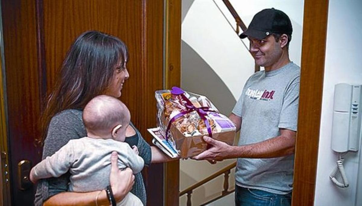 Matías Buenos Días entrega una cesta de desayuno a una clienta