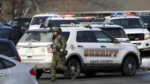 Las autoridades encontraron a cinco fallecidos en el interior del almacén.