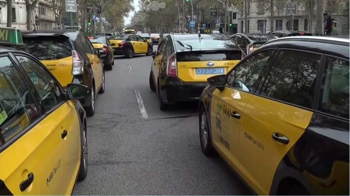 Los taxistas vuelven a manifestarse por el centro de Barcelona para pedir ayudas.