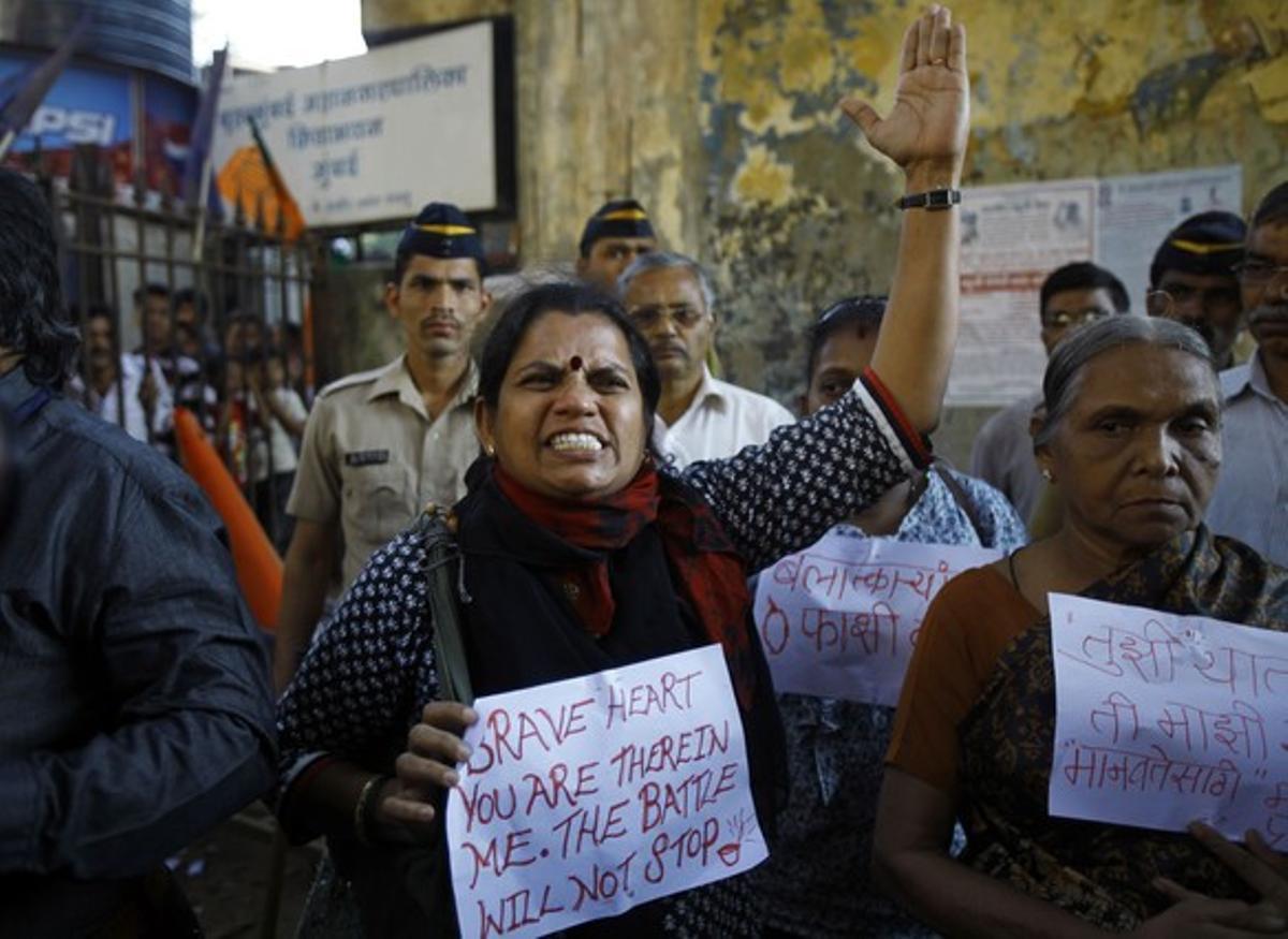 Una mujer, durante una de las manifestaciones de protesta por la muerte de la joven brutalmente violada en Bombay (India), en diciembre pasado.