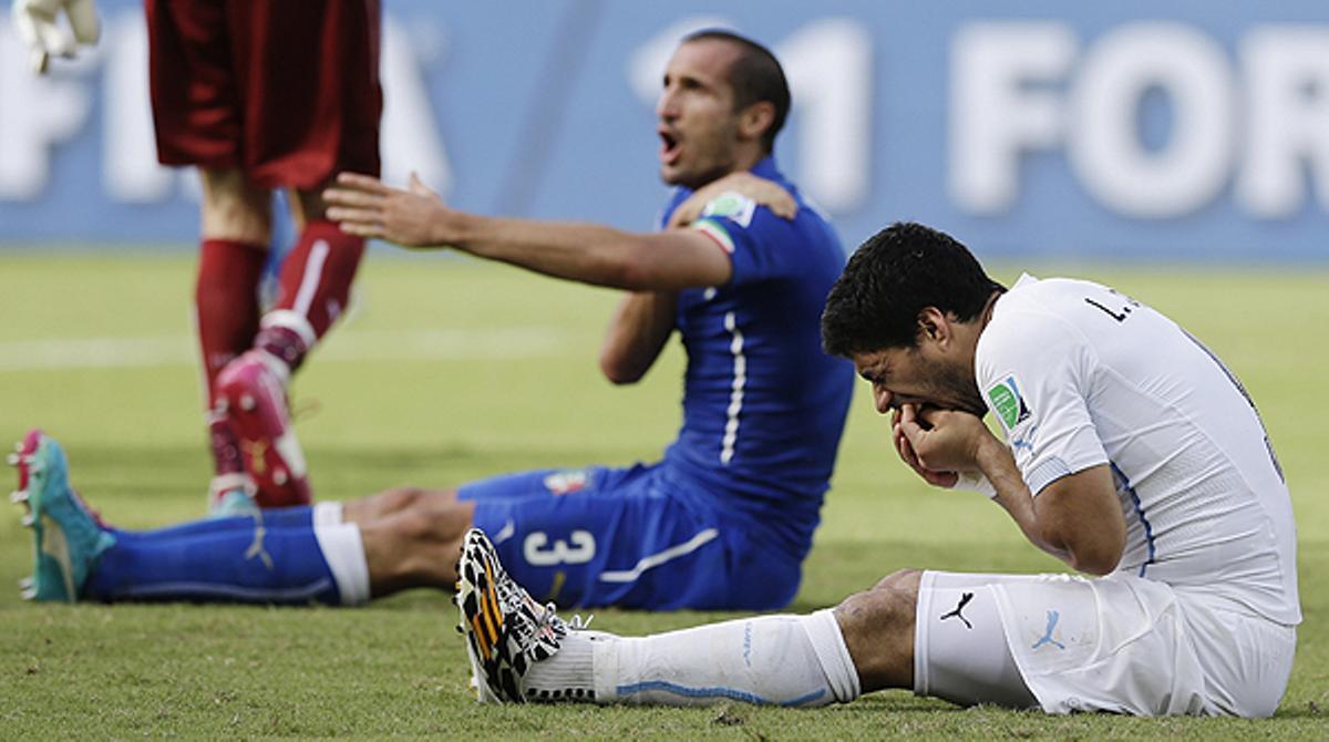 Momento en el que el delantero uruguayo agrede al defensa italiano, durante el partido correspondiente al Mundial de Brasil.