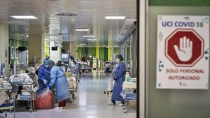 Un médico informa a la familia de que su paciente de covid-19 está muriendo