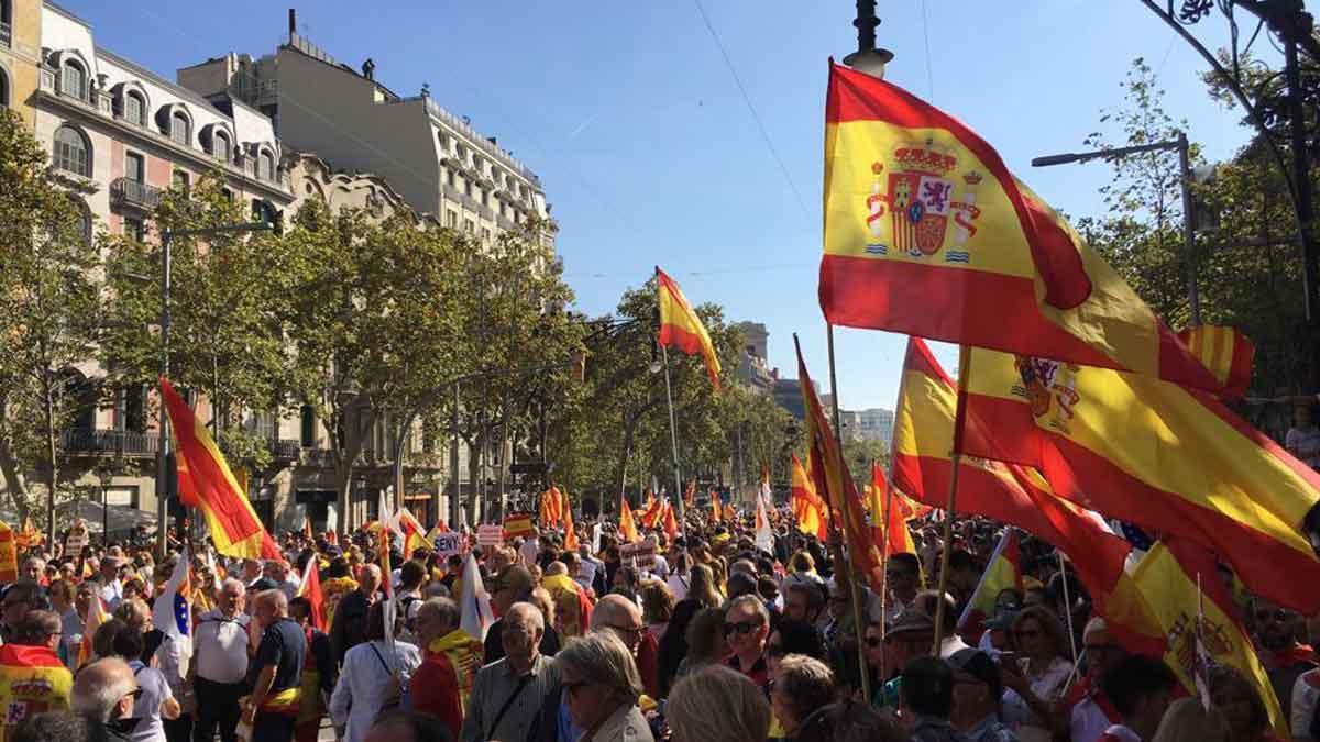 Miles de constitucionalistas marchan contra el 'procés' en Barcelona