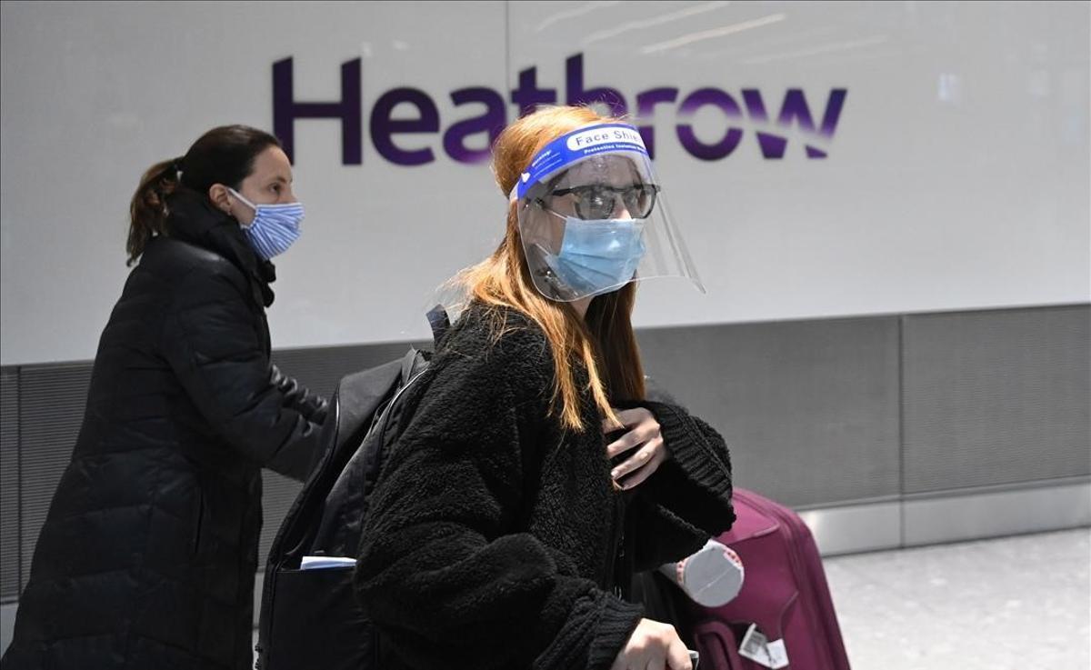 Pasajeros en la terminal internacional del aeropuerto de Heathrow, cerca de Londres.