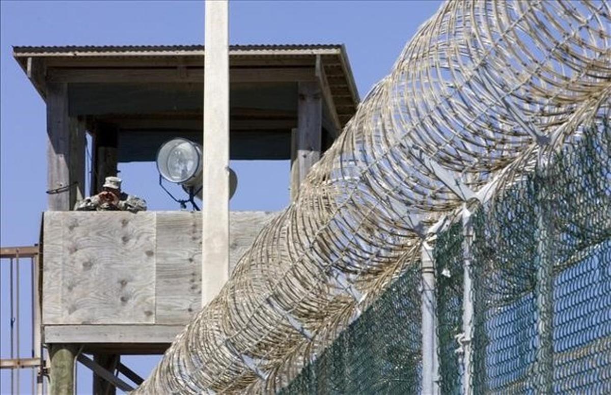 Un guardia vigila en una torre de control del penal de Guantánamo (Cuba), en abril del 2007.