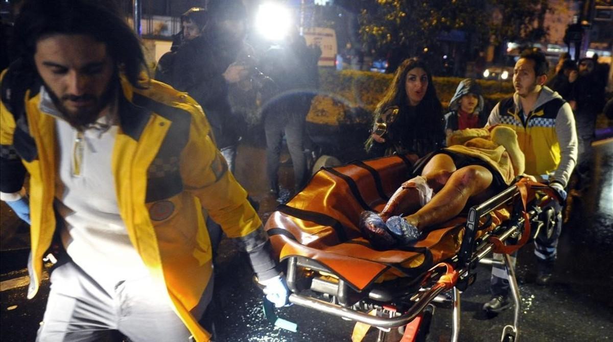Evacuación de una persona herida del lugar el atentado.