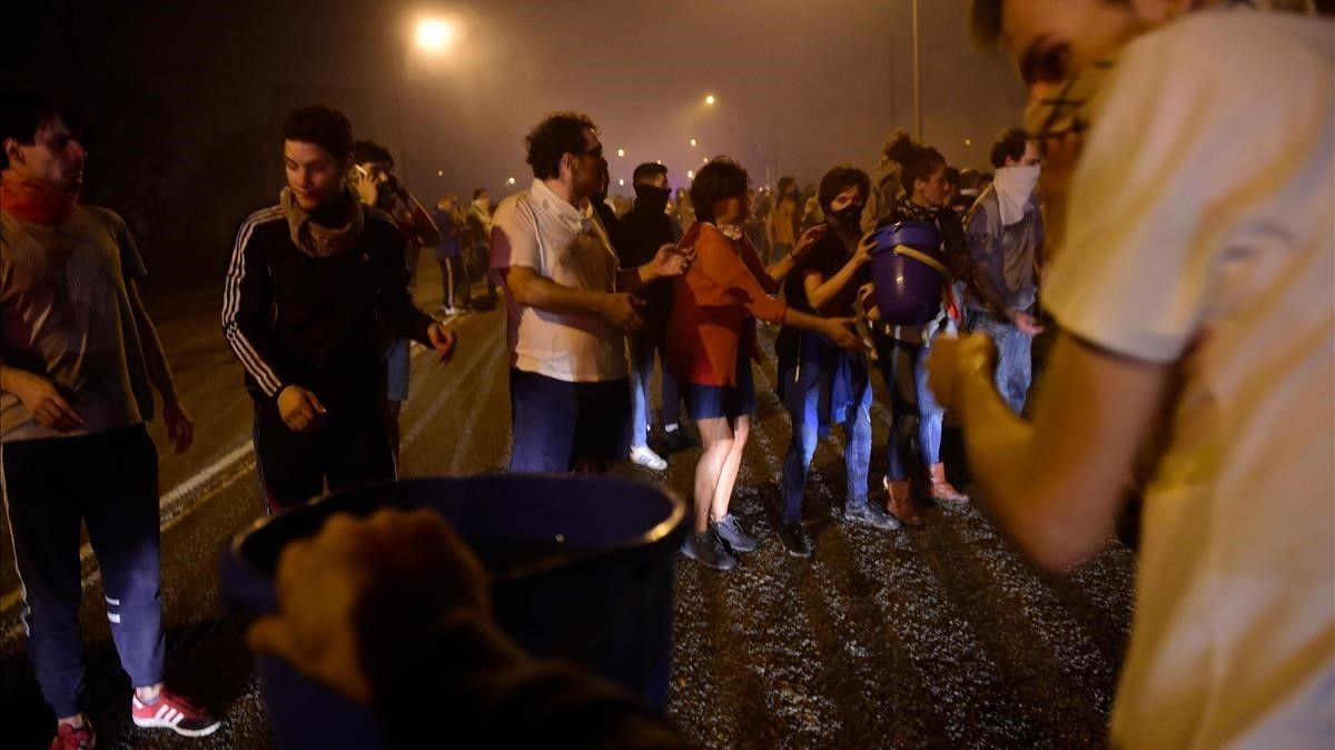 Un grupo de personas combate el fuego con cubos de agua en las afueras de Vigo.