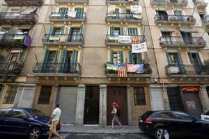 Pancartas contra los apartamentos turísticos ilegales, en la Barceloneta.