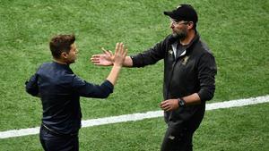 Klopp saluda a Pochettino tras ganar la Champions en Madrid.