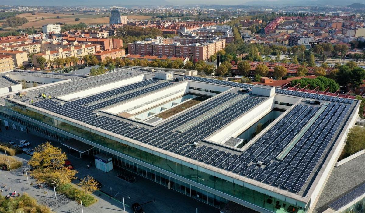 Placas fotovoltaicas en la cubierta del Hospital de Mollet.