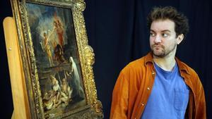 El actor Pol López posa en el Mnac junto a un cuadrodel taller de Rubens dedicado a San Roque, patrono de los enfermos y las mascotas.
