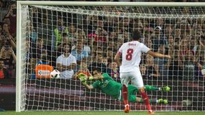Bravo se tira a su derecha y desvía el penalti lanzado por Iborra.
