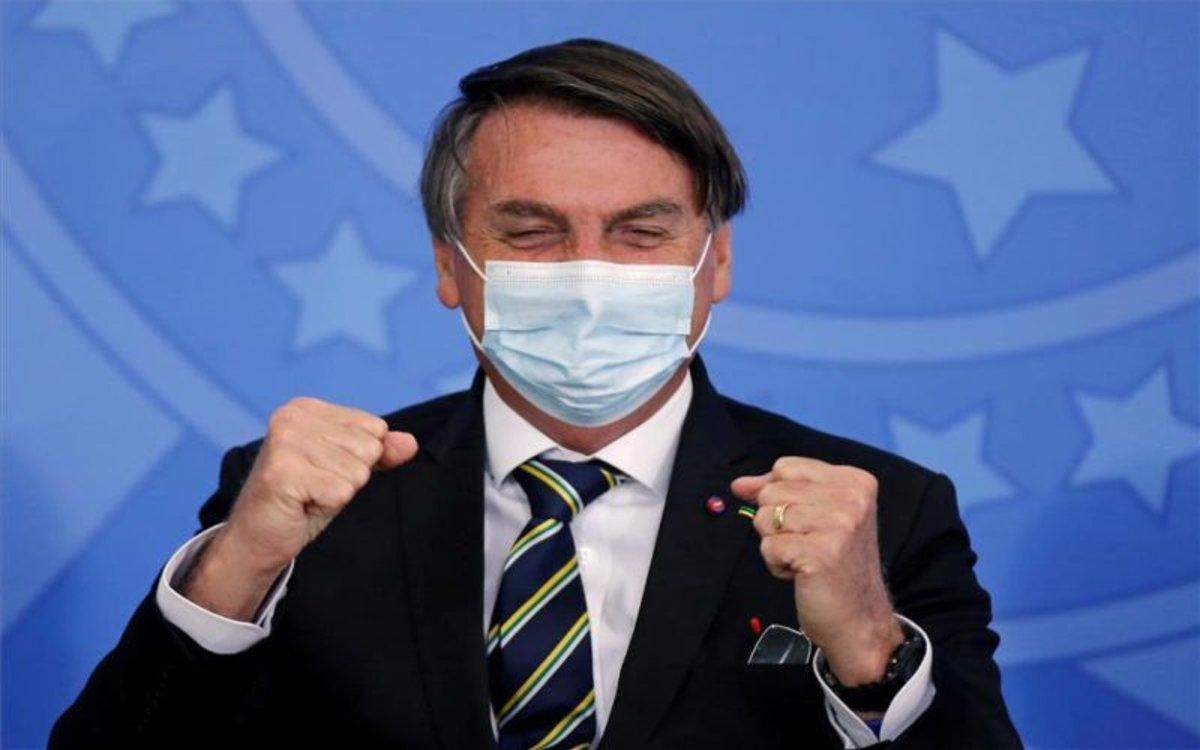 Jair Bolsonaro, el presidente de Brasil con mascarrilla por el coronavirus.