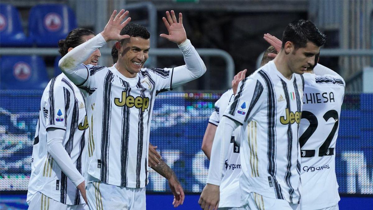 Cristiano celebra uno de sus tres goles al Cagliari con sus compañeros.