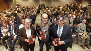 El periodista Albert Soler, entre el director de 'Diari de Girona', Jordi Xargayó, y el abogado Carles Monguilod