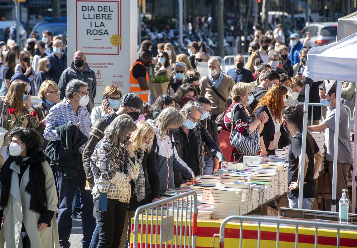 Ambiente en el Passeig de Gràcia, el 23 de abril, en la 'diada' de Sant Jordi.