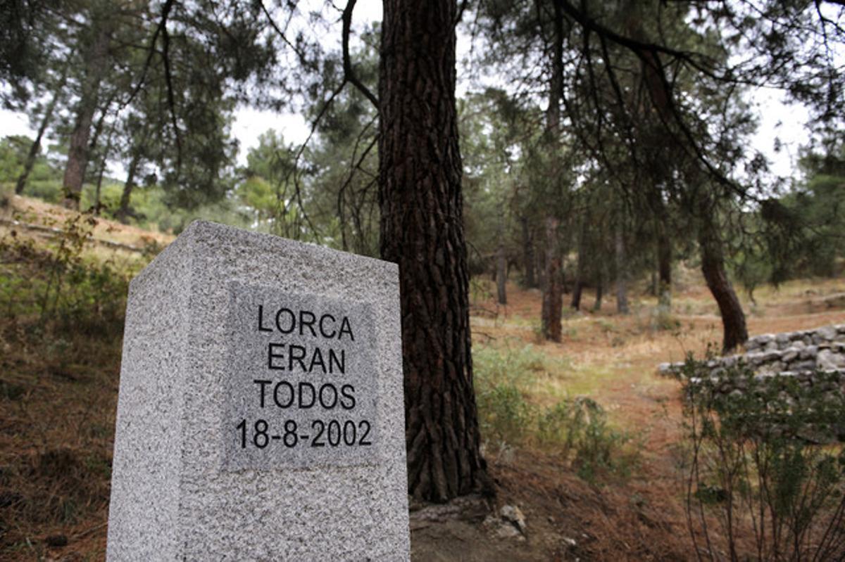 Monolito en honor a García Lorca y a las víctimas del franquismo en la zona donde se cree que están los restos del poeta y unas 1.800 personas más.