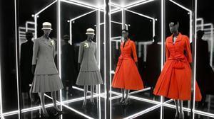 Diseños de Christian Dior, que se exponen en el Victoria&Albert Museum, de Londres.