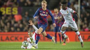 De Jong inicia una jugada de ataque durante el partido de Liga entre el Barça y el Mallorca.