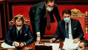 El primer ministro italiano, Giuseppe Conte (derecha), junto a los ministros de Justicia, Alfonso Bonafede, y el de Asuntos Regionales, Francesco Boccia, en el Senado.