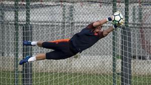 Cillessen, en un entrenamiento en la ciudad deportiva del Barça.