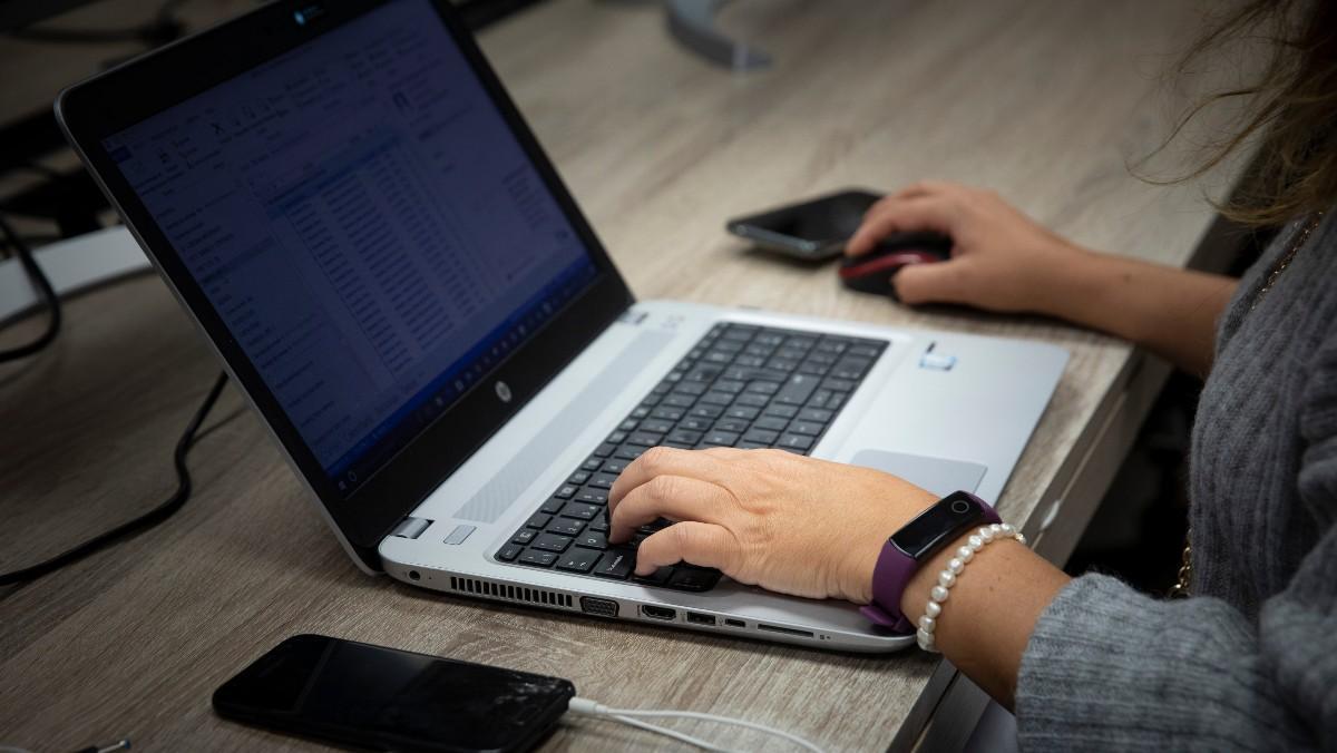 Persona consultando su ordenador.