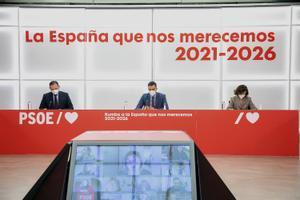 El presidente del Gobierno y secretario general del PSOE, Pedro Sánchez, junto a José Luis Ábalos y Carmen Calvo, en la reunión de la ejecutiva federal del partido del pasado 8 de febrero.