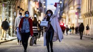 Gente caminando por la vía del Corso en Roma.