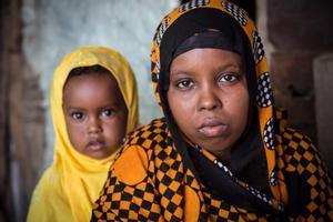 Aisha, somalí de 15 años, obligada a casarse con un hombre de 30 años cuando ella tan solo tenía 13. Al poco tiempo nació su hija Rayan.