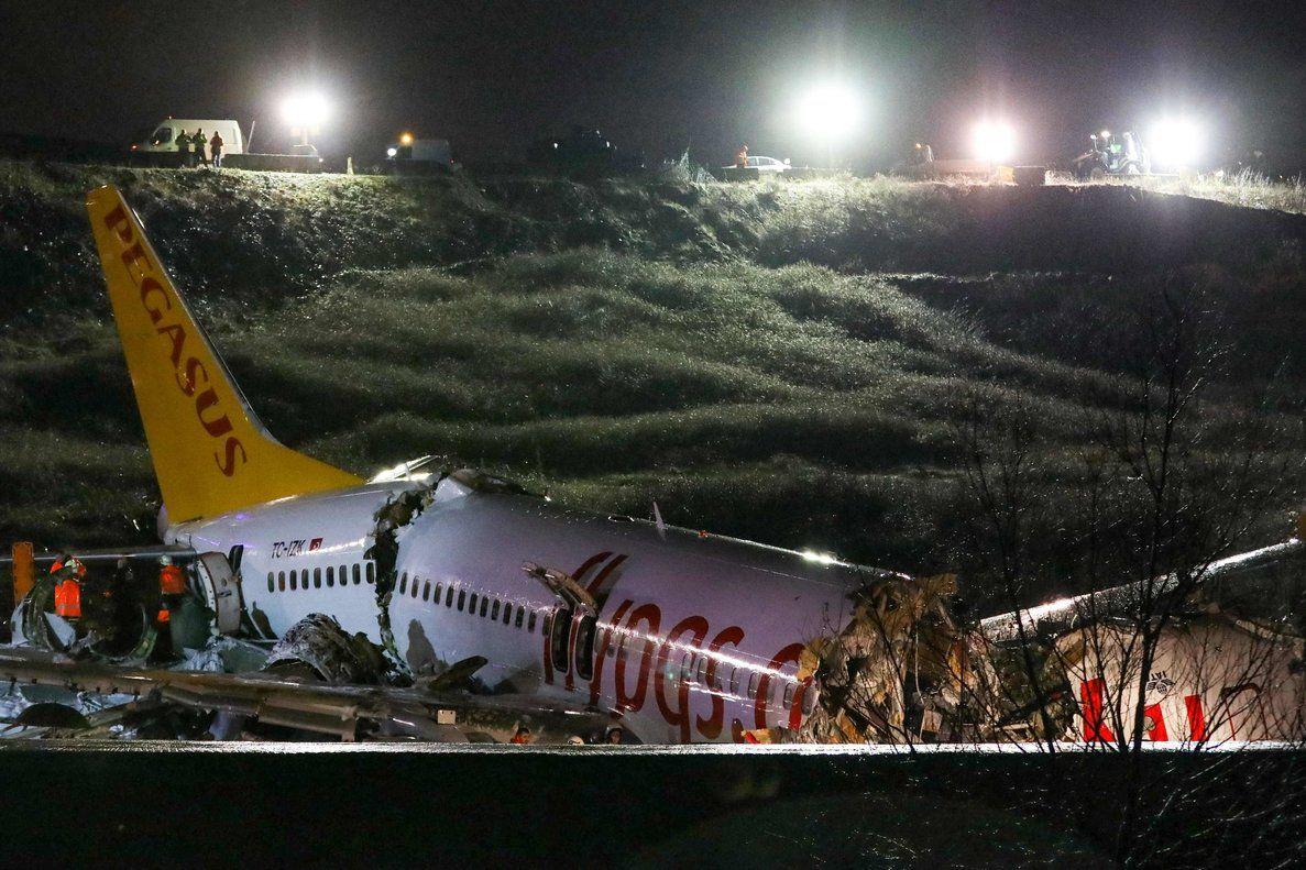 Un avión se parte en tres trozos al aterrizar en Estambul